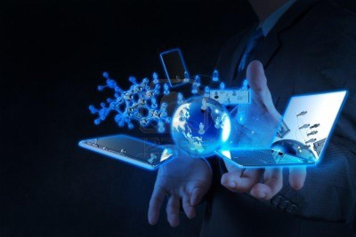 17543042-hombre-de-negocios-muestra-la-tecnologia-moderna-como-concepto